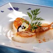 La Coquille Saint-Jacques dorée, purée onctueuse de carottes de sable, émulsion de riz basmati au gingembre