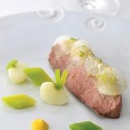 """Canette rôtie, navet façon """"pickles"""", aigre douce au galanga et maïs  Mini-légumes, cacahuètes caramélisées et citron vert"""