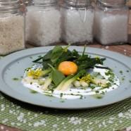 Jaune d'œuf extra frais, mariné au vinaigre de cidre et à la fleur de sel de Camargue, poireaux tièdes, yaourt de brebis, pousses d'épinards