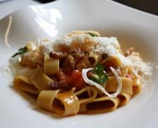 Le Plat de la semaine – « Mezzi Paccheri «all'Amatriciana» aux oignons confits, pancetta maison et tomates fraîches »