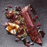 Onglet de bœuf poêlé au jus de cranberry des Etats-Unis, mousserons et mozza di buffala