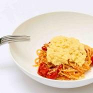 Spaghetti à la sauce tomate pimentée & œufs brouillés
