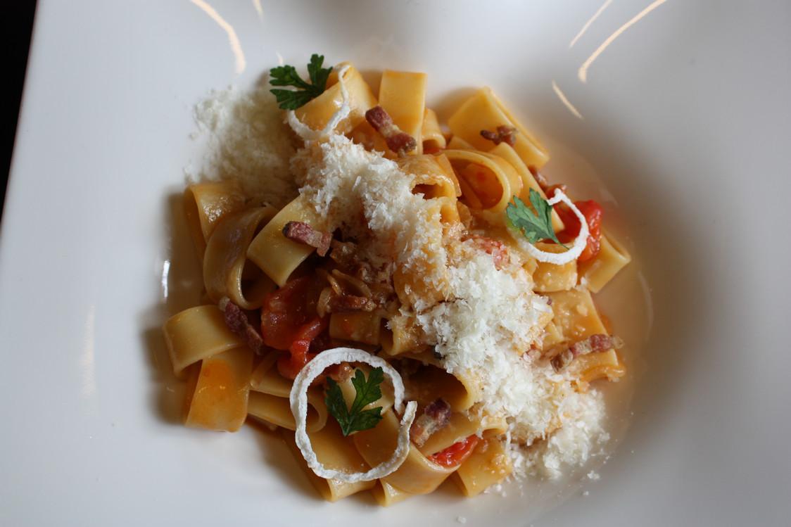 Mezzi Paccheri « all'Amatriciana » aux oignons confits, pancetta maison et tomates fraîches