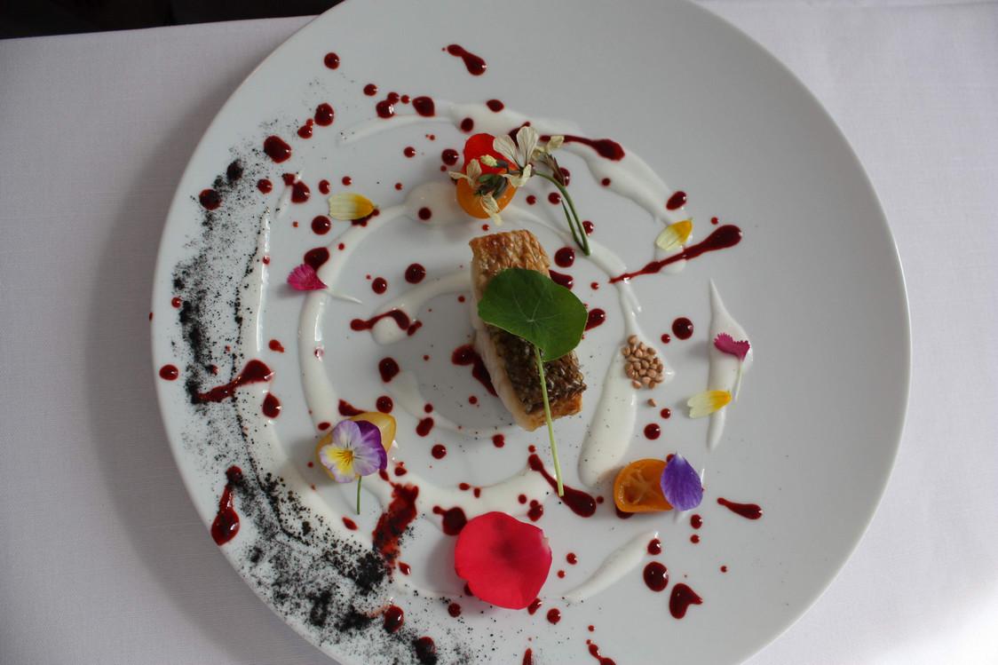 Bar  rôti sur écaille, vinaigrette yaourt et coquelicot, agrumes confits. © P.Faus