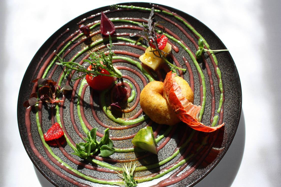 Beignet de homard légèrement épicé au curry, tomates, jus vinaigré de tomate © P.Faus