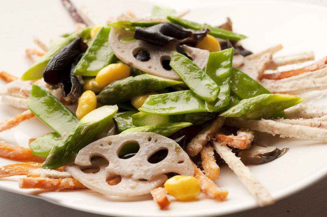 Shang Palace_Poelee de pois gourmands aux champignons, taro et patate douce_hdef
