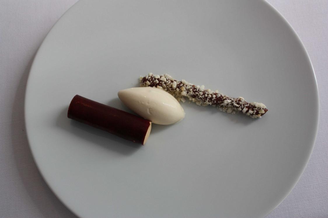 Tuile caramel_chocolat, syphon caramel, glace chaocolat blanc, ganache de chocolat. © P.Faus