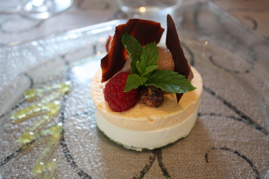 Dacquoise pistache, mousse abricot, blanc manger amande, sorbet chocolat © P.Faus