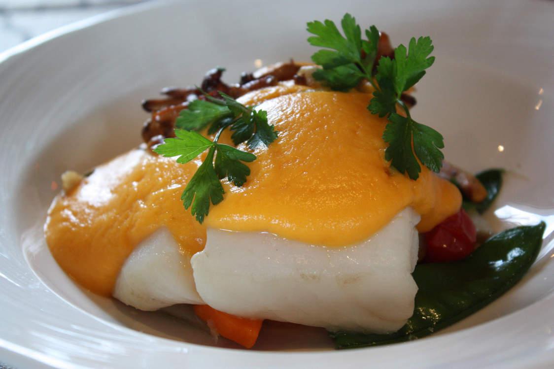 Dos de cabillaud  sous vide, émulsion patate douce & chorizo, légumes croquants © P.Faus