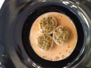 Araignée  de mer enroulée  de navet blanc,fruits de la passion et coriandre, bouillon de carapace  épicé