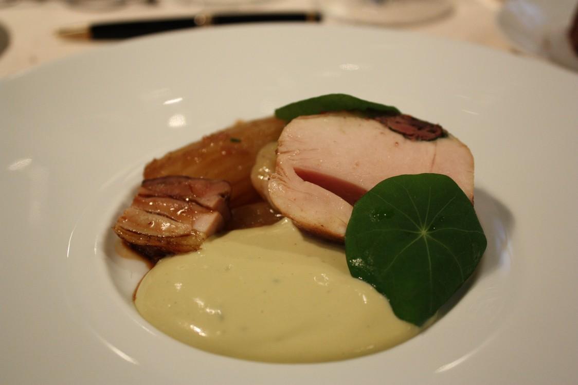 Poularde jaune, cardons, Fourme d'Ambert fondue... © P.Faus