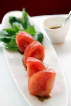 Café Français - Tomates-Burrata, très bonne huile de Fluvio Pierangelini - Le Café Français © Emilie Gentils