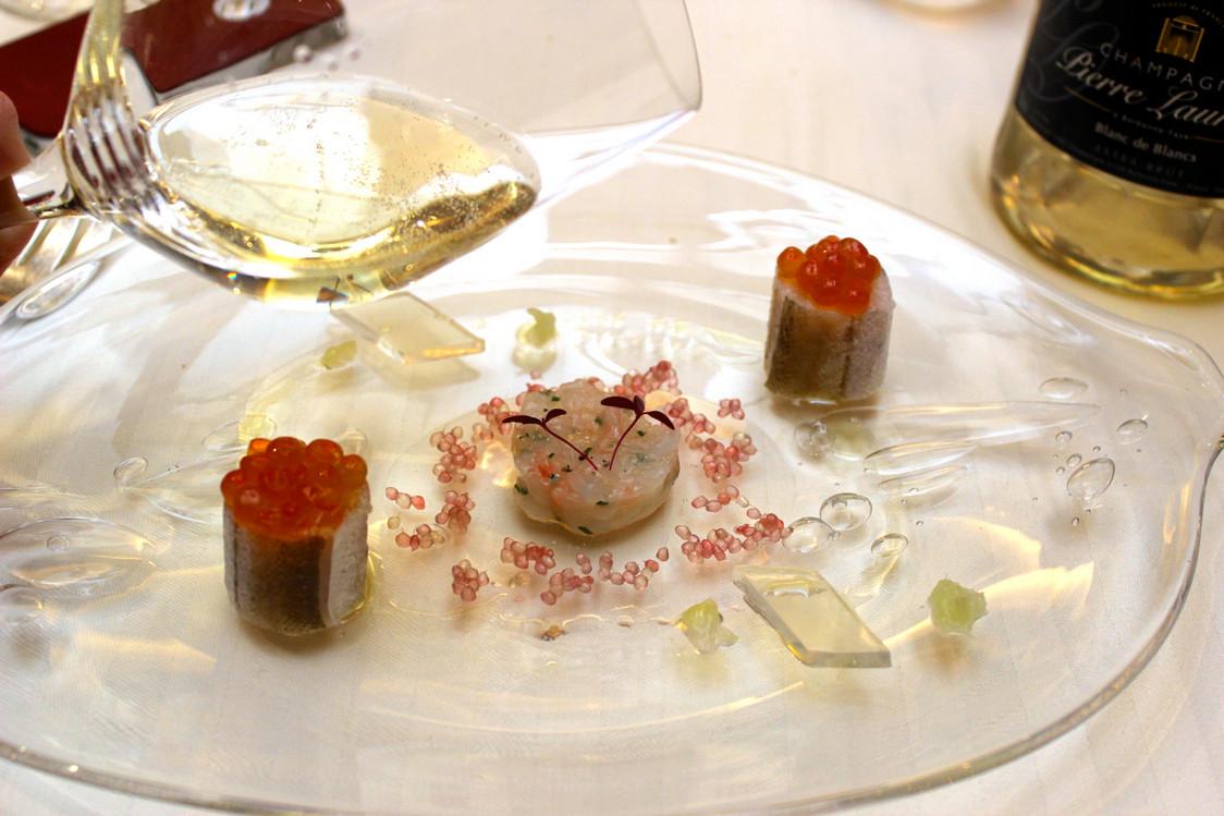 Merlan aux oeufs de saumon, langoustine comme un tartare, gelée au citron