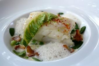 Restaurant Laurent - Turbot nacré à l'huile d'olive, bardes et légumes verts dans une fleurette iodée