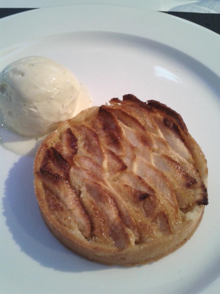 tarte aux pommes, fond d'amandes, glace vanille