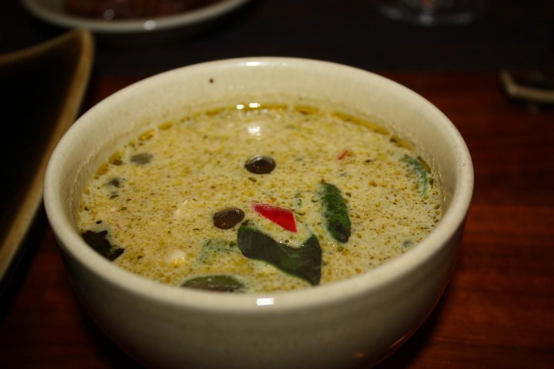 Curry vert au poulet, aubergine thaï,, basilic doux