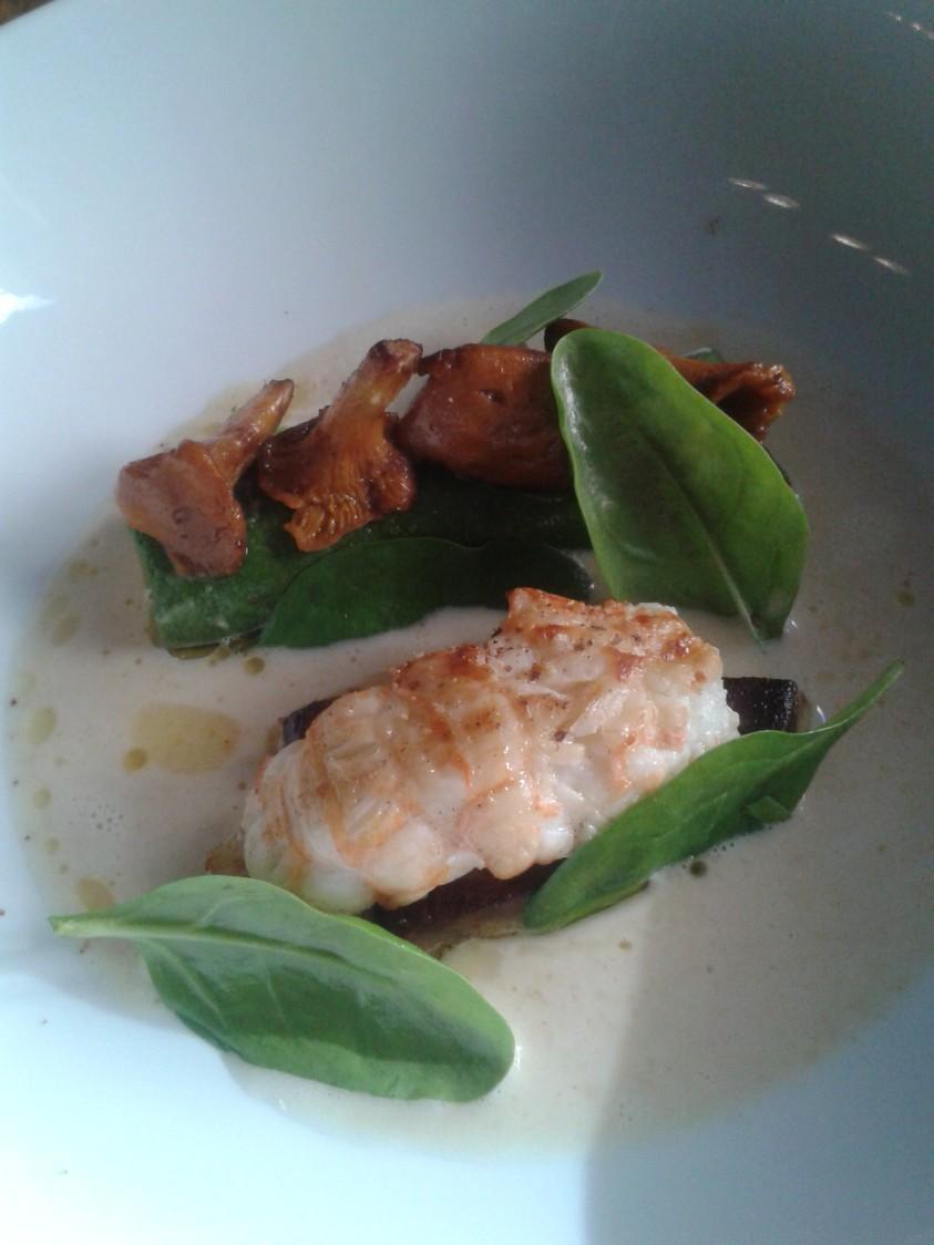 Langoustine rôtie, girolles, foie gras poêlé, bouillon