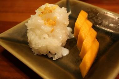 Riz gluant, mangue, crème à la noix de coco