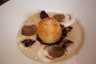 Oeuf mollet croustillant, crème de champignons de Paris