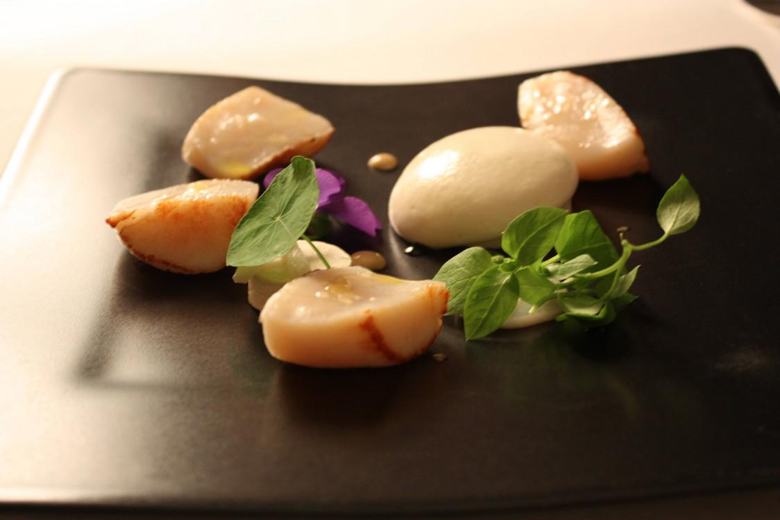 Saint-Jacques, caviar d'Aquitaine, topinambour, citron vert, noisettes