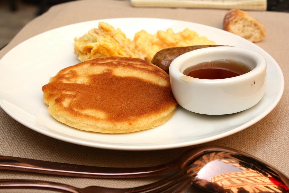 Buddha Bar Hôtel - Pancake, saucisse, oeufs brouillés, sirop d'érable ©P.Faus