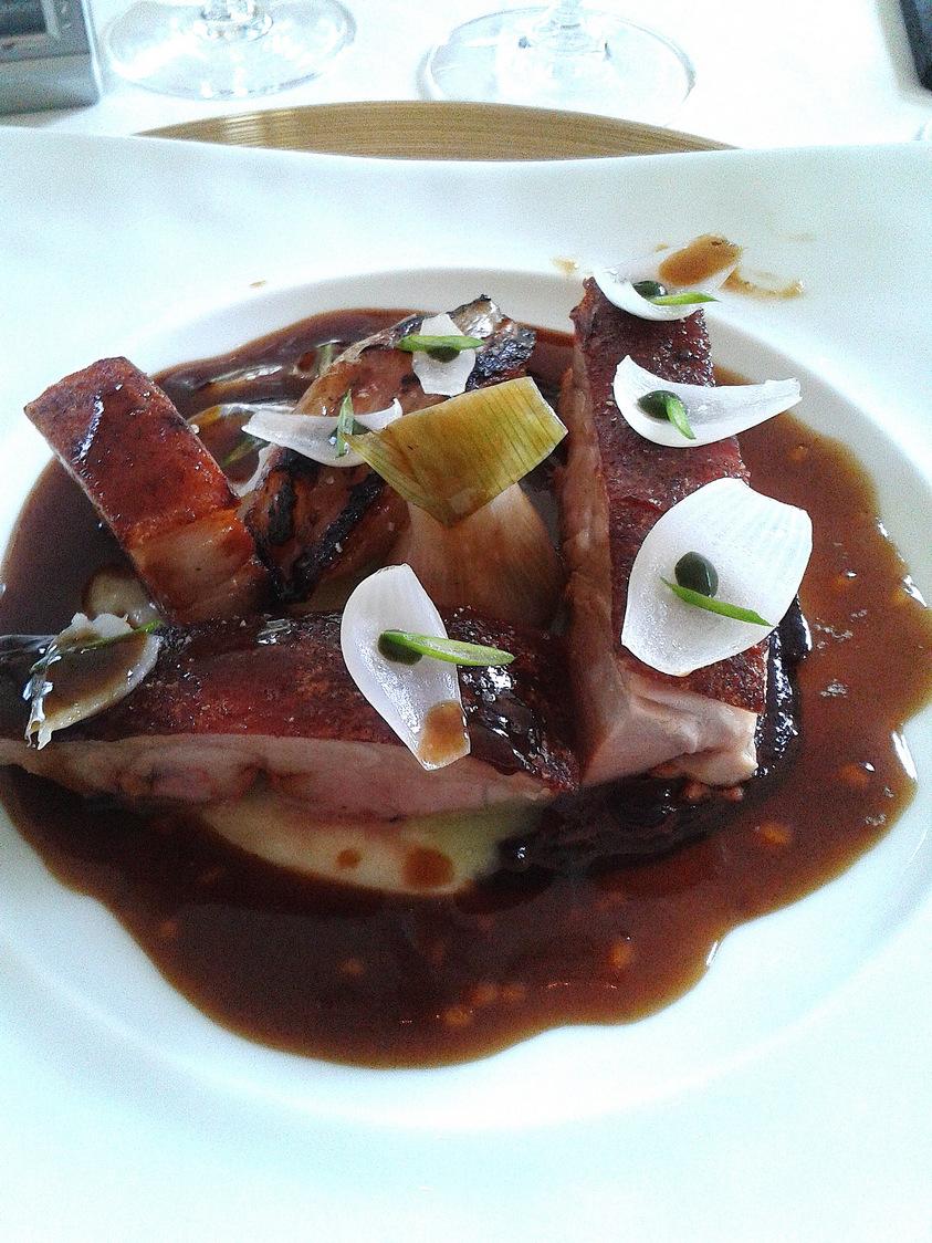 Cochon de lait épicé cuisiné aux petits oignons © P.Faus