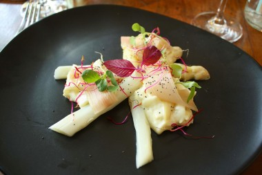Will - Asperges blanches, mousse dashi, rhubarbe ©P.Faus