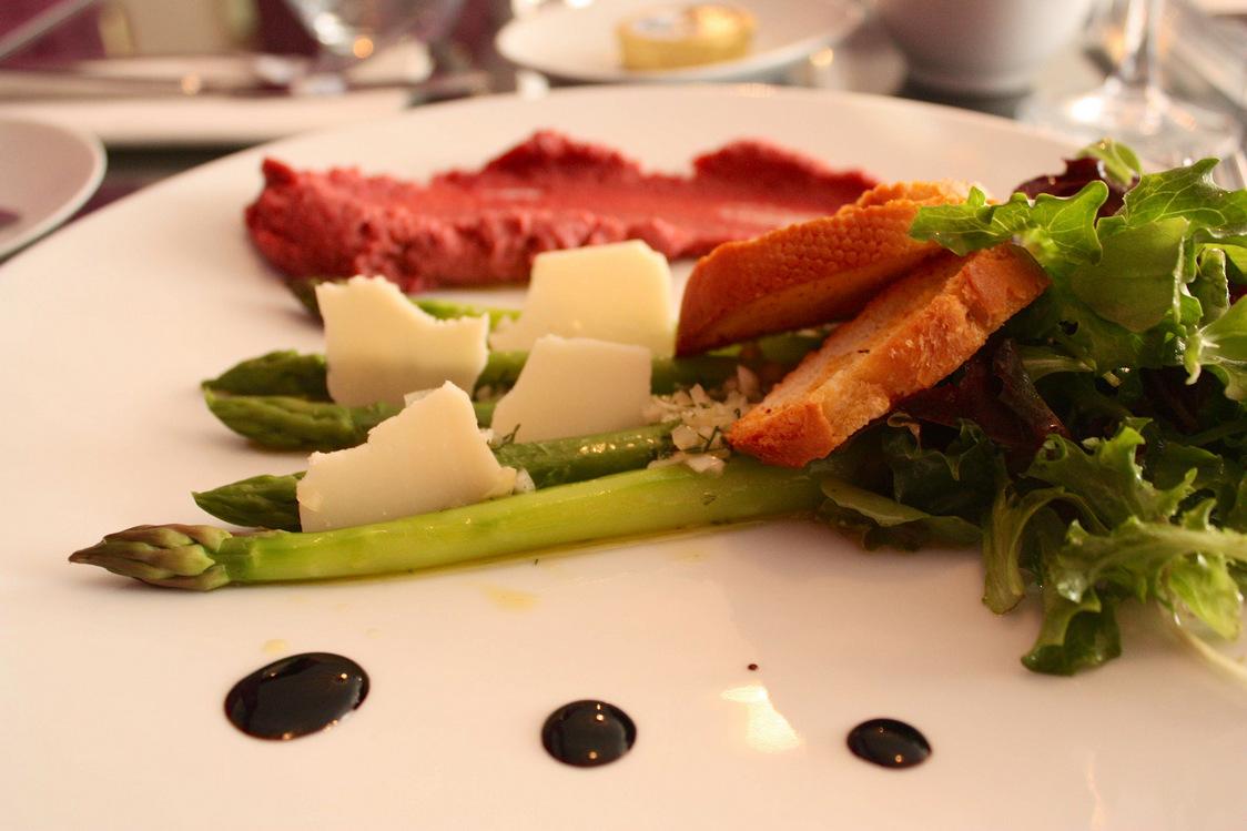 Asperges vertes, ravigote et parmesan, hoummous de betterave © P.Faus