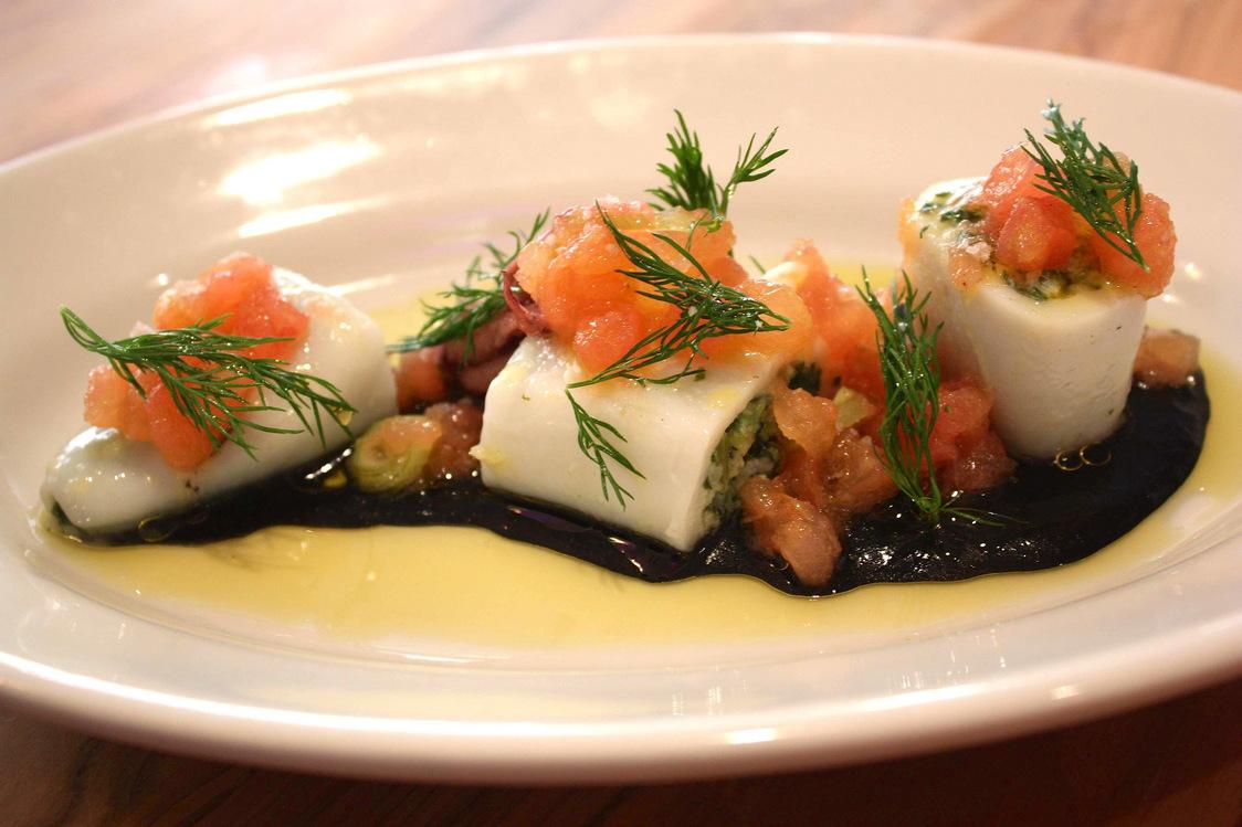 Carré Llorca - Encornets farçis à la niçoise, vinaigrette encre de seiche, tomates © P.Faus