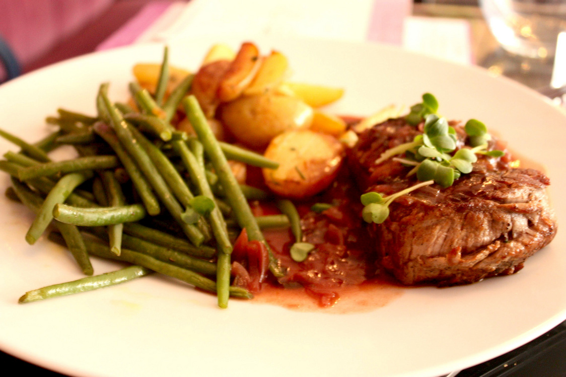 Châteaubriand poêlé, grenailles, haricots verts, confit d'oignons, vin rouge © P.Faus