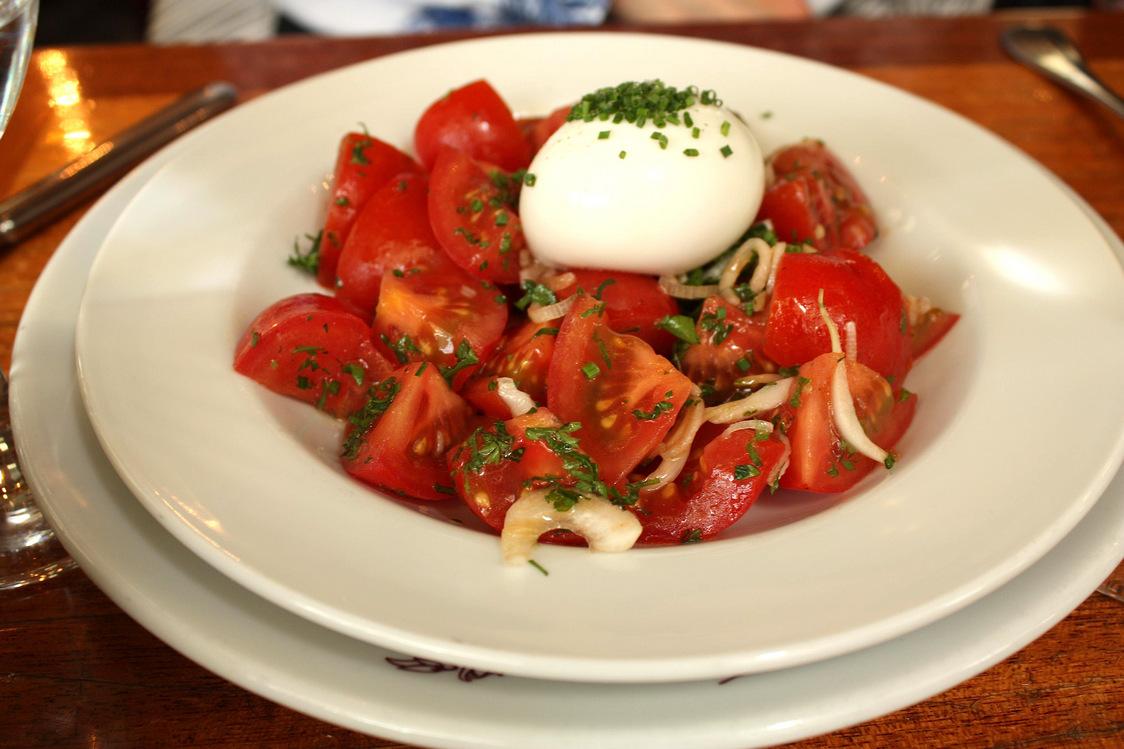 Chez Julien - Salade de tomates, œuf mollet © P.Faus