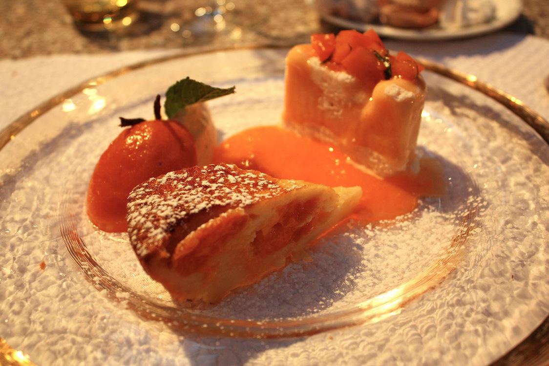 Dessert tout abricots, clafoutis, coulis, oreillons  © P.Faus