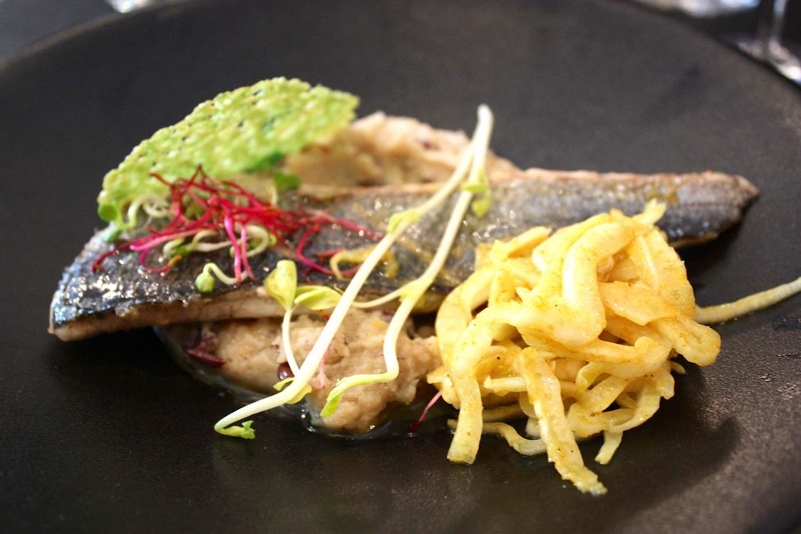 Philippe Excoffier - Dorade grillée, salade de fenouil, sauce vierge, purée aux olives © P.Faus