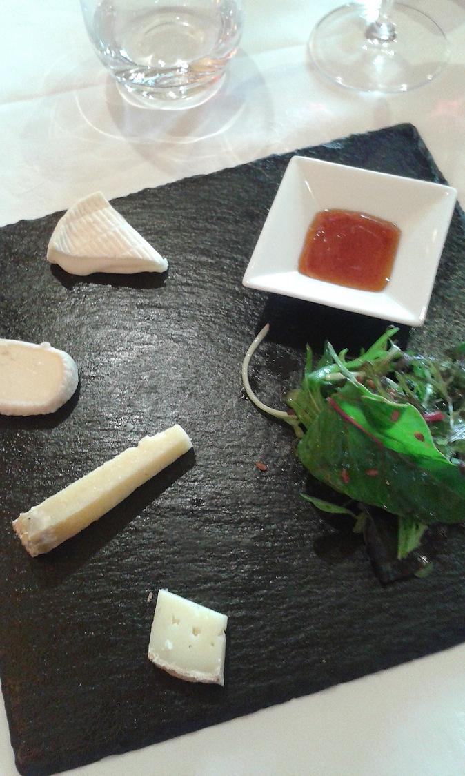 Fromages de la région, confiture, petite salade © P.Faus