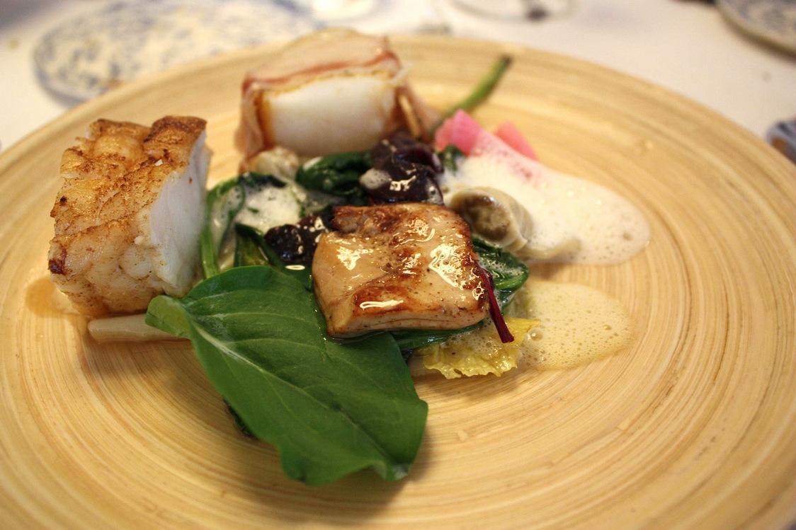 Lotte rôtie, chou pointu,foie gras,ventrêche, huîtres…  © P.Faus