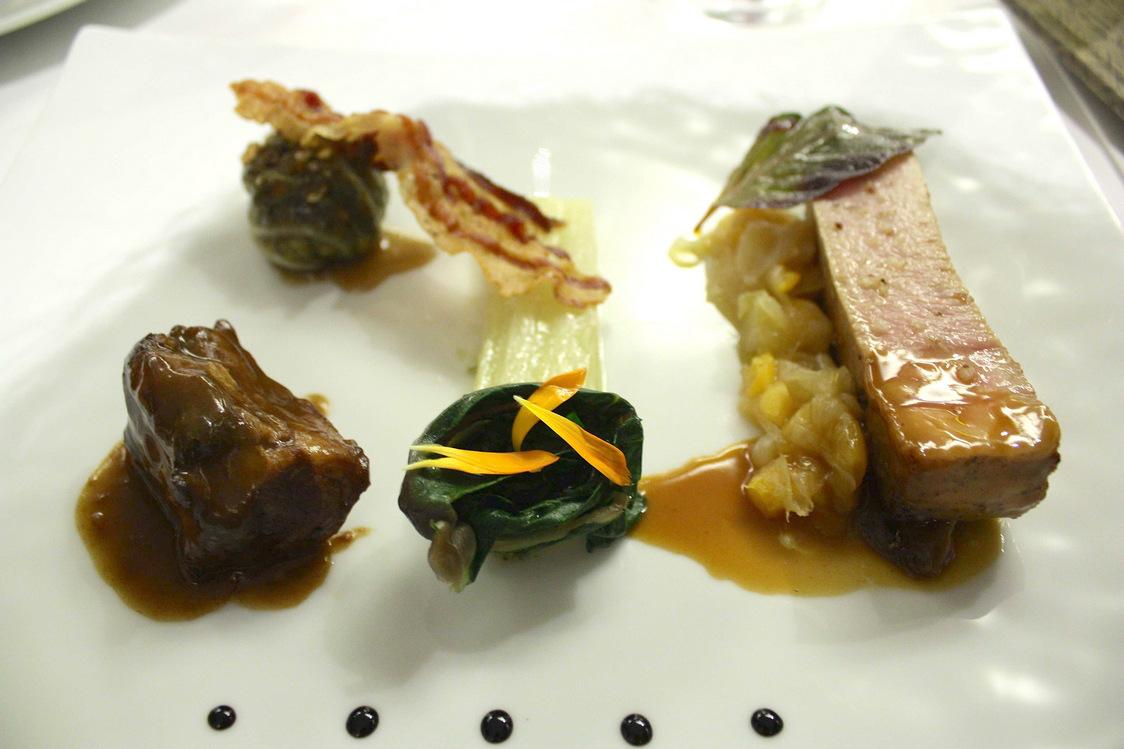 Porc noir de Bigorre,.sauce oignons doux, abricots secs, chou farci..;© P.Faus JPG - copie