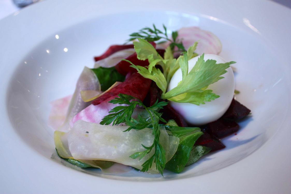 Oeuf mollet, salade de mâche, betteraves © P.Faus