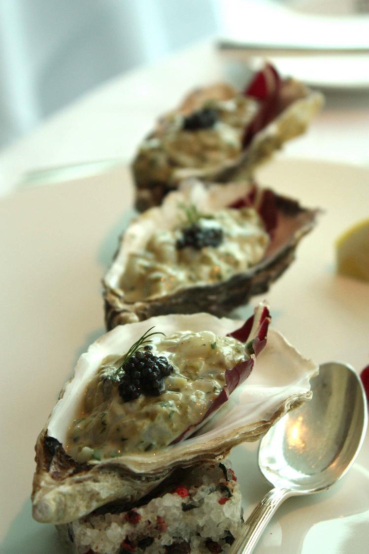 Tartare d'huîtres, pointe de caviar © P.Faus. - copie