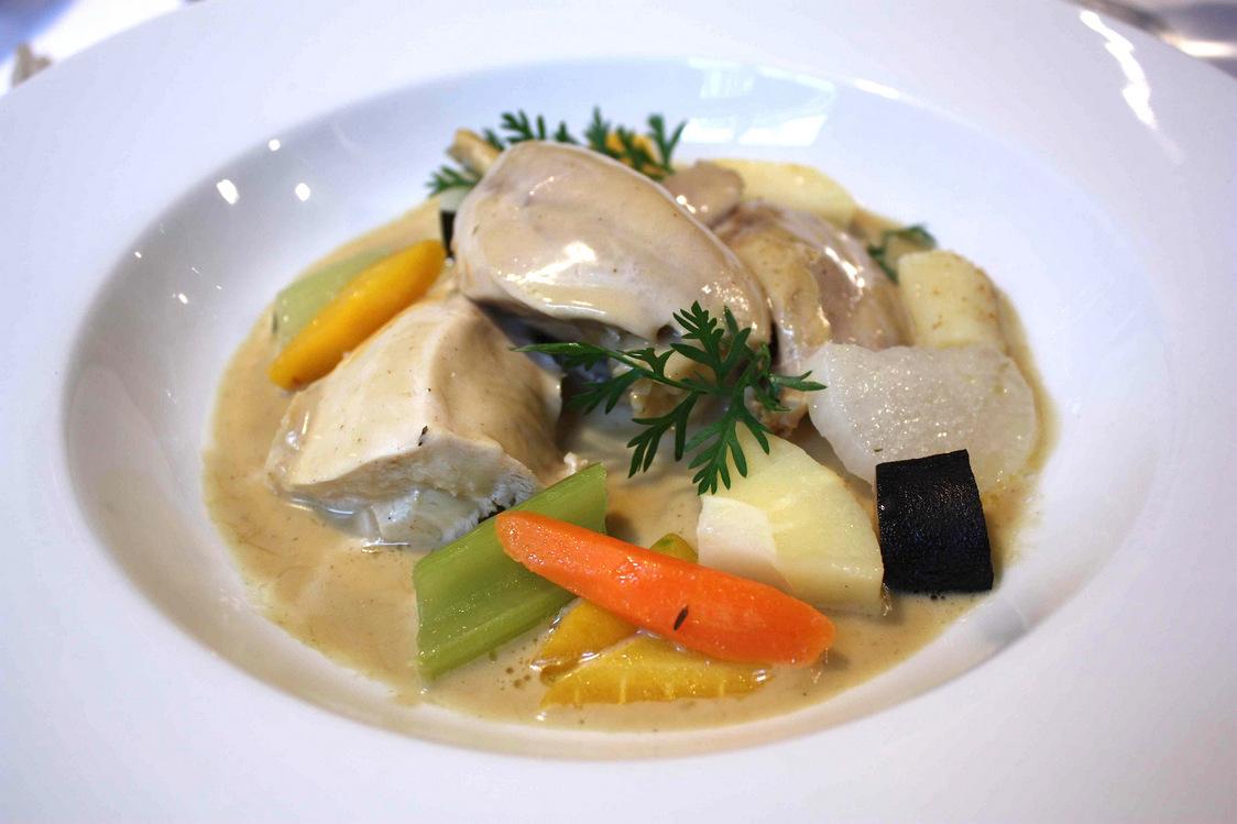 Volaille jaune pochée, sauce suprême, légumes de pot-au-feu © P.Faus