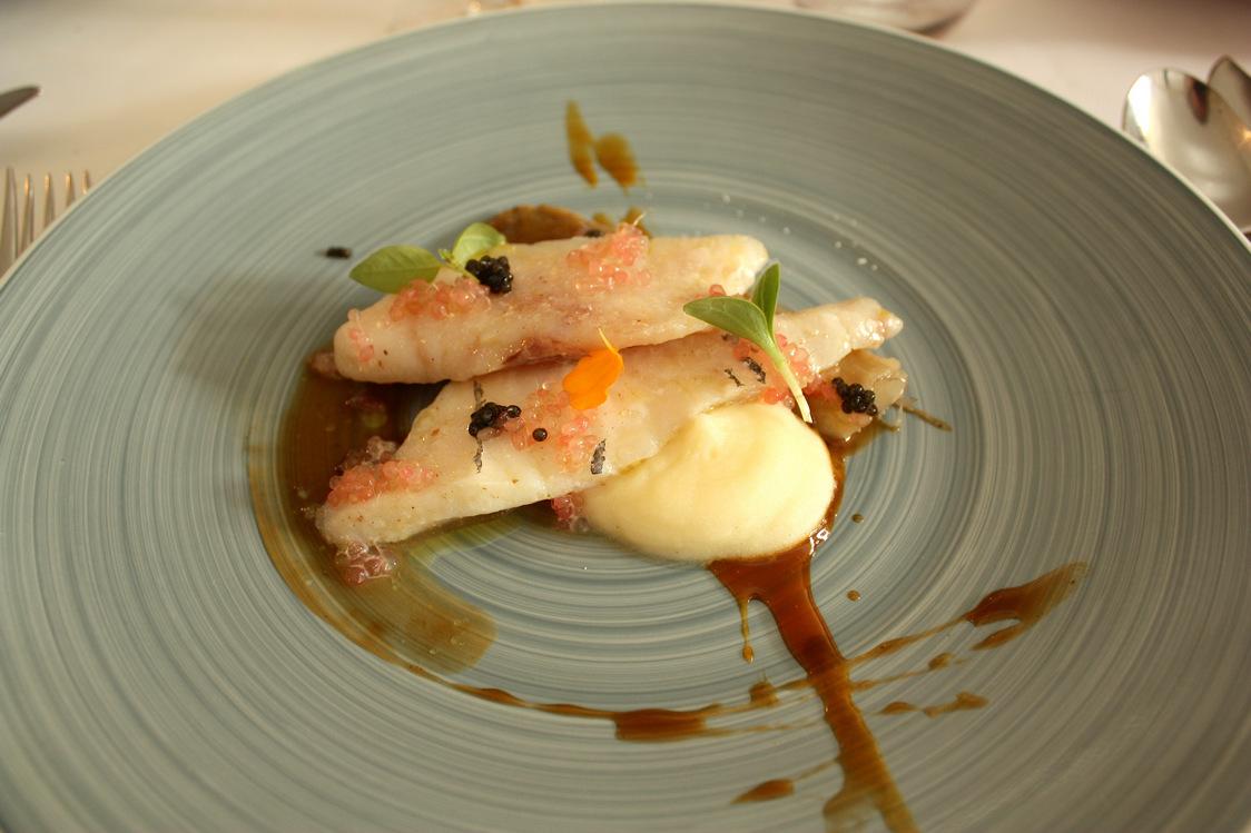 Filet de Saint-Pierre, deux caviars, chicons braisés © P.Faus