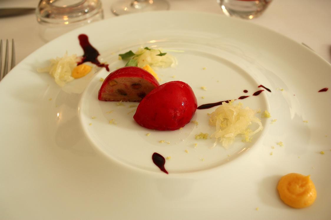 Foie gras comme un nougat, betterave craudine, cédrat © P.Faus