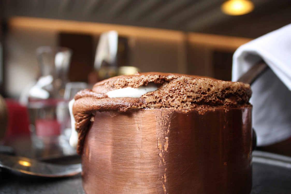 Soufflé au chocolat, crème normande © P.Faus