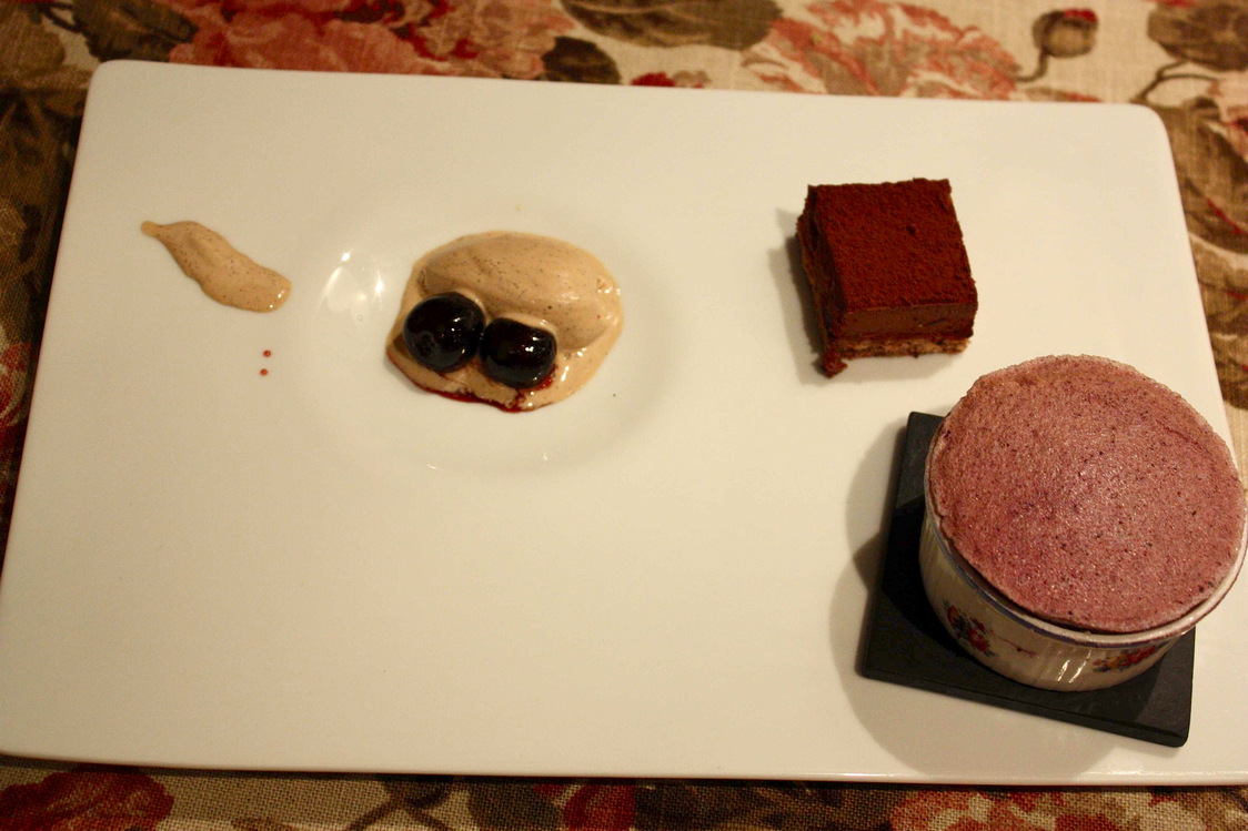 Soufflé chocolat, vanille épicée, forêt noire, cerises, © P.Faus