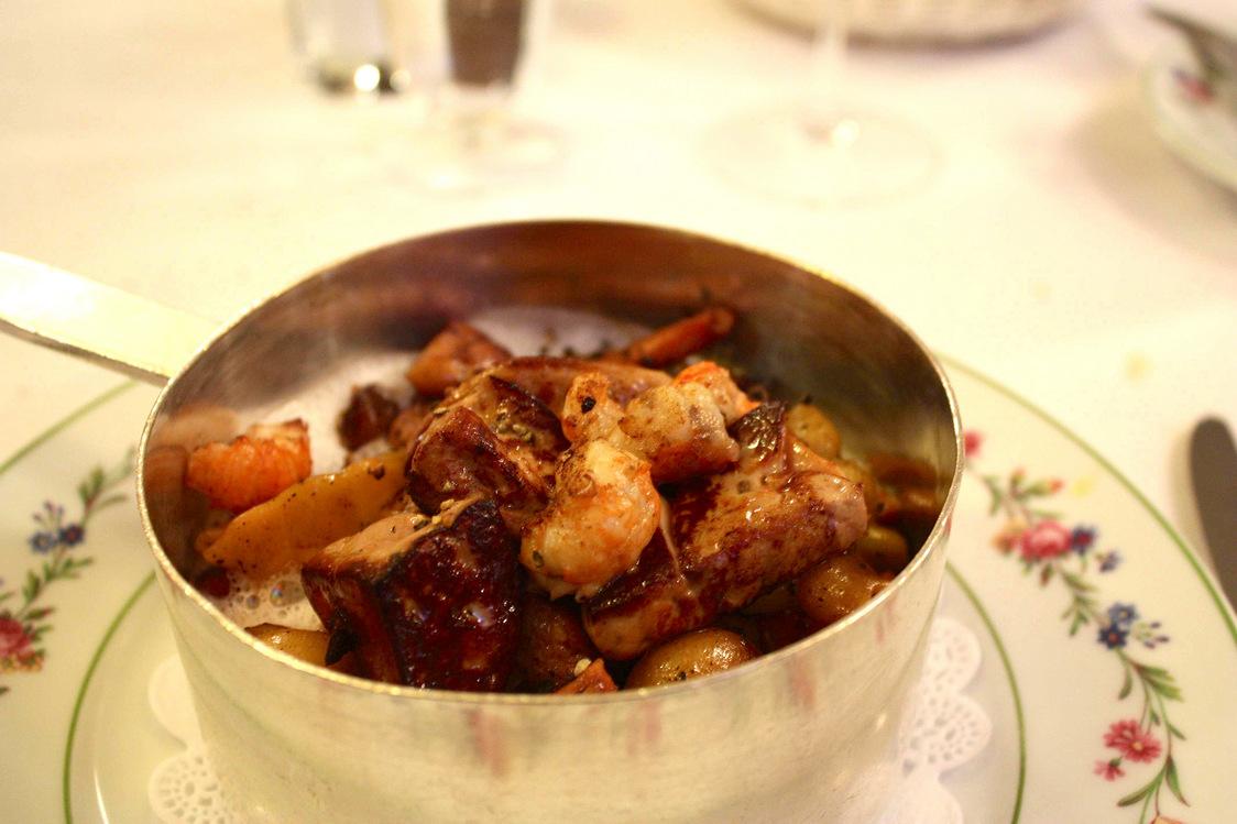 Rise veau, crêtes et rognons de coq, foie gras poêlé, jus truffé © P.Faus