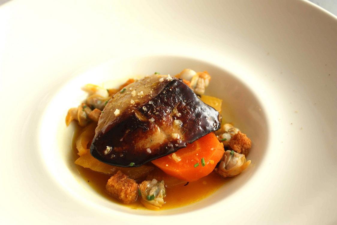 Escalope de foie gras poêlée aux moules et coques © P.Faus  - copie