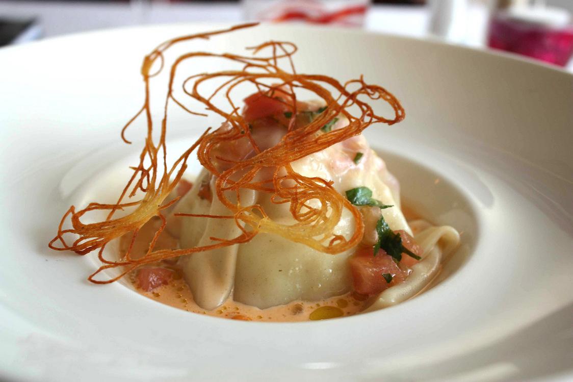 Raviole de jeunes poireaux, homard, crème de langoustines © P.Faus  - copie