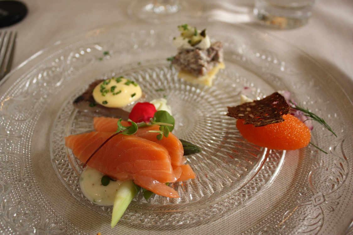 Entrées diverses, saumon fumé, renne, carottes glacées, etc. © P.Faus