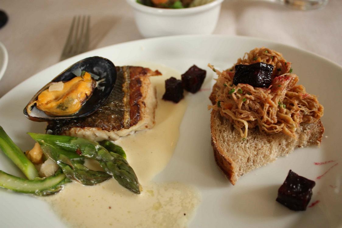 Filet de perche, asperges, bouillon au beurre et ciboulette © P.Faus