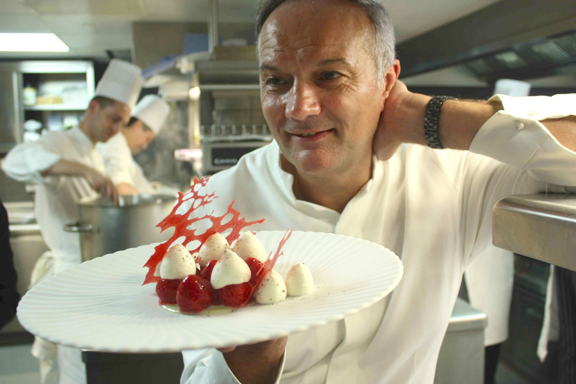 Le chef Christian Le Squer et les Fraises, chantilly, chocolat blanc…© P.Faus  - copie