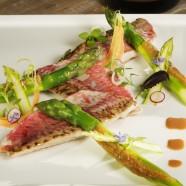 Filets de rouget de Loctudy juste saisis, asperges vertes en viennoise de brioche et pignons de pin,réduction de fumet et foies de rouget.